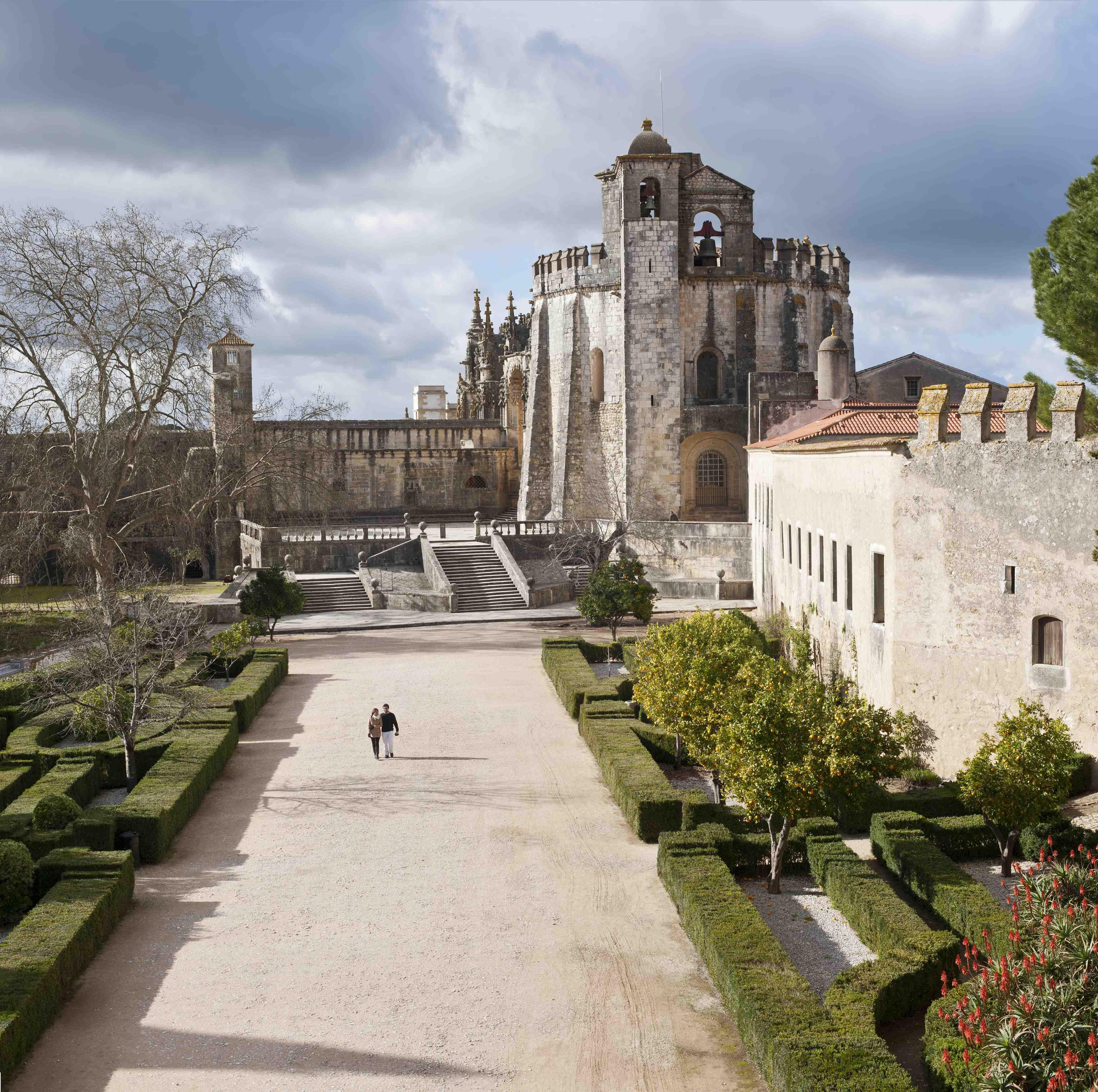 Jardim do Terreiro, confinado pelas ruínas dos antigos paços e da Vila de Dentro.