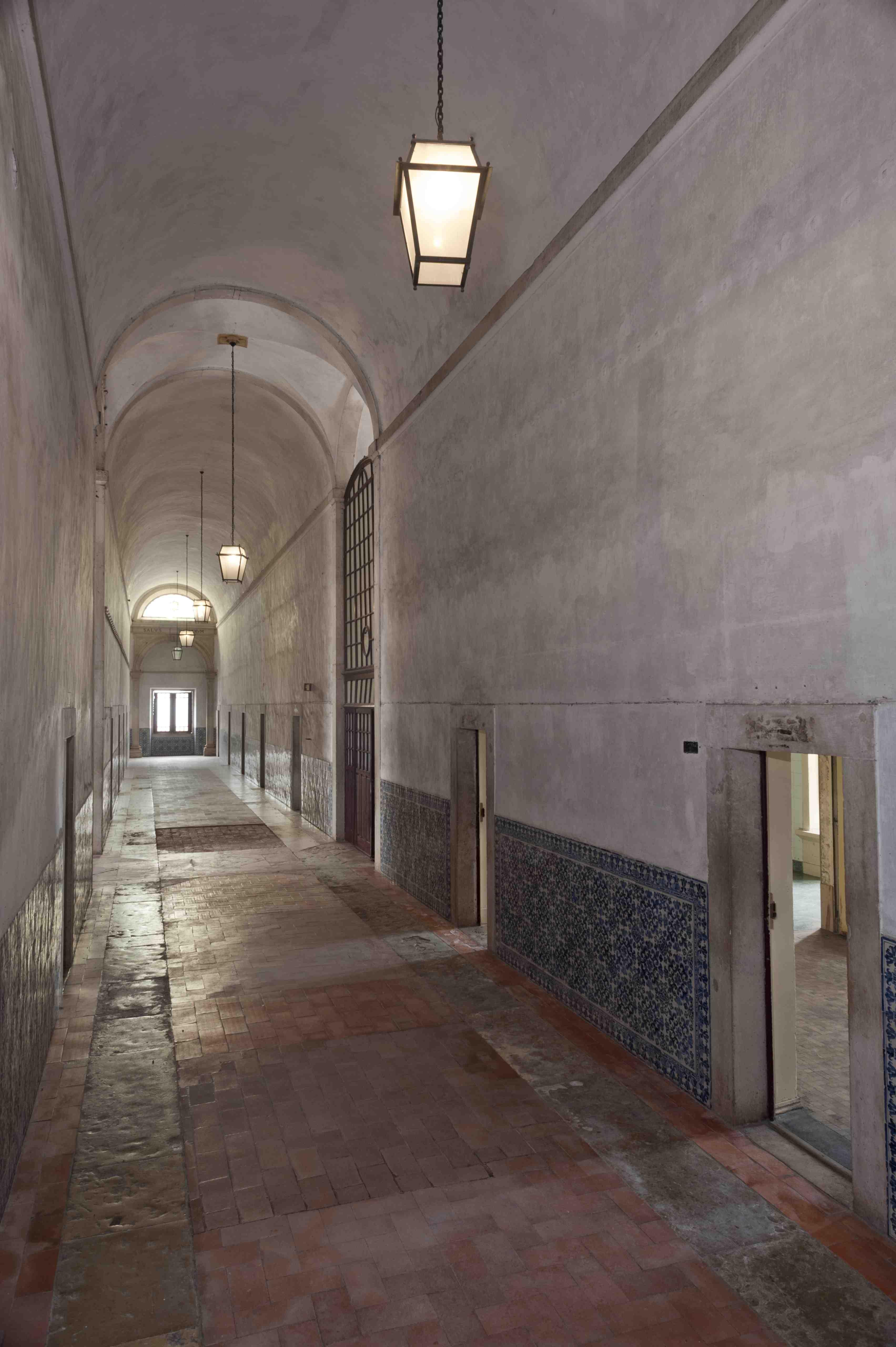 Vista geral do corredor da Enfermaria do Convento de Cristo