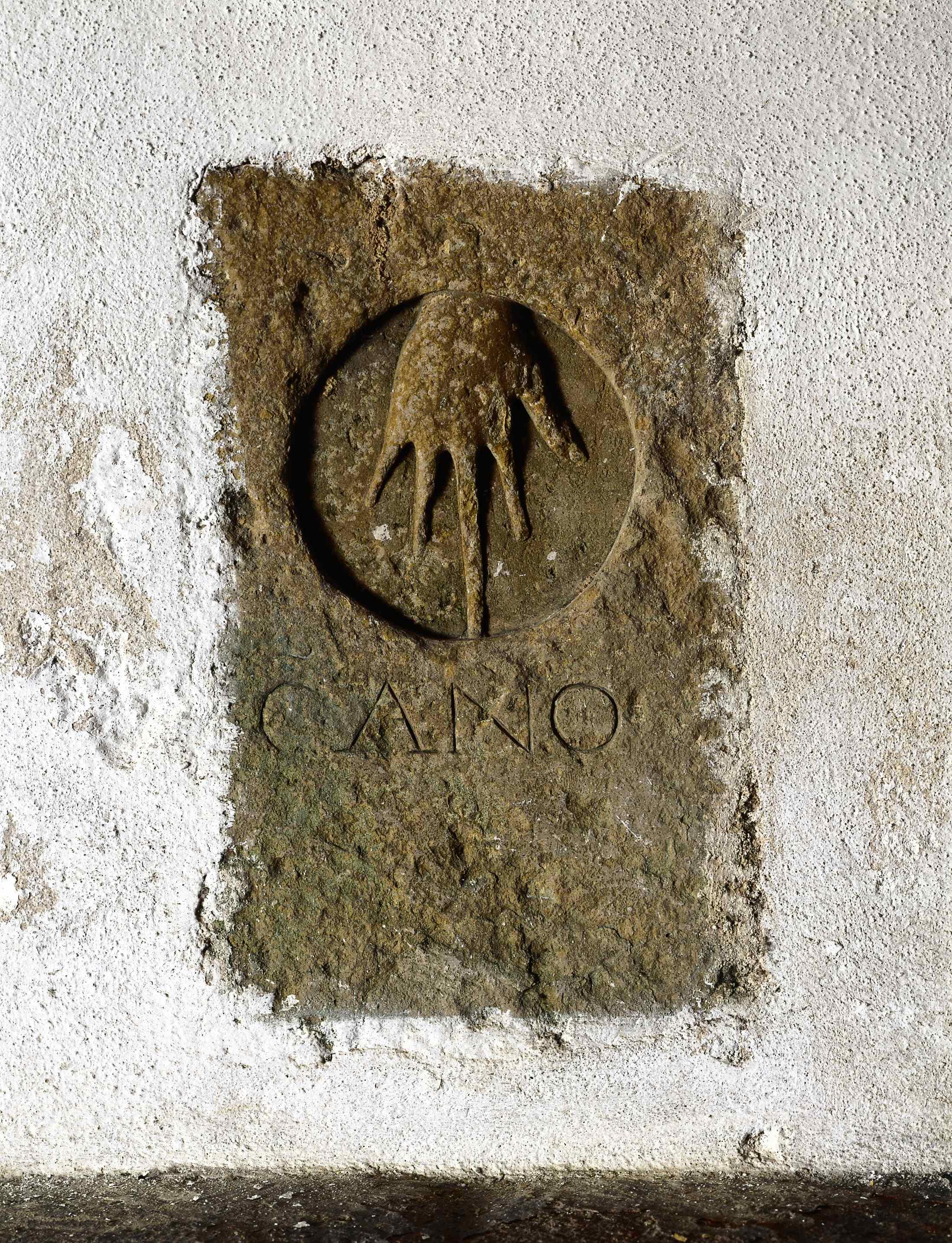 Lápide com inscrição
